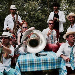 Fanfare métissée  Créée en juillet 2017, Kali'na est une formation originale composée de huit musiciens professionnels. Cette fanfare se distingue 1